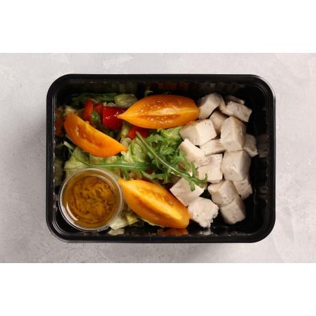 Овощной салат с печеным перцем. Куриное филе. Соус